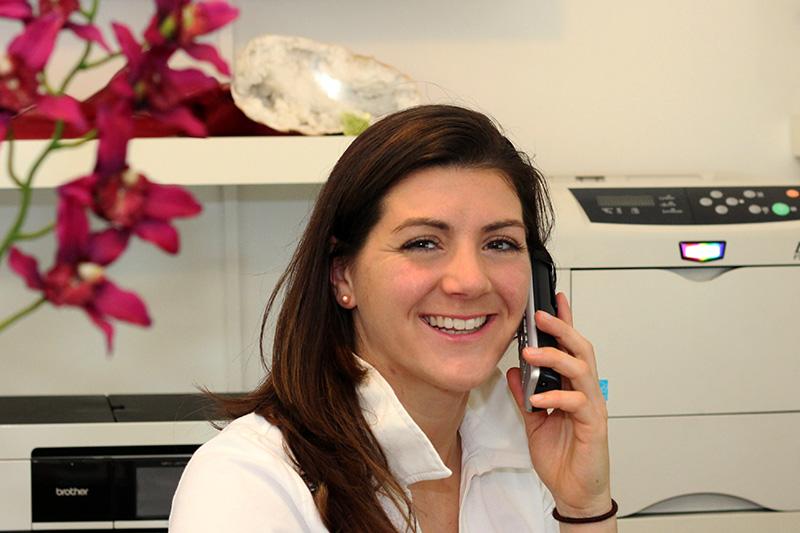 nadine-narceles-am-telefon